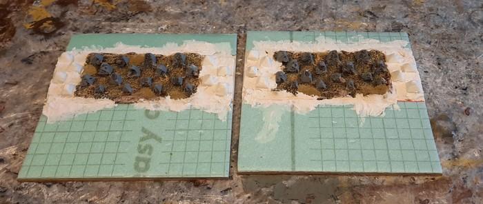 Hier sind XENAs Drachenzähne als Höckerlinie auf die beiden Sarissa-like Terrain Tiles aufgebracht. Links und rechts habe ich die Drachenzähne mit Styrodur-Drachenzähnen ergänzt.