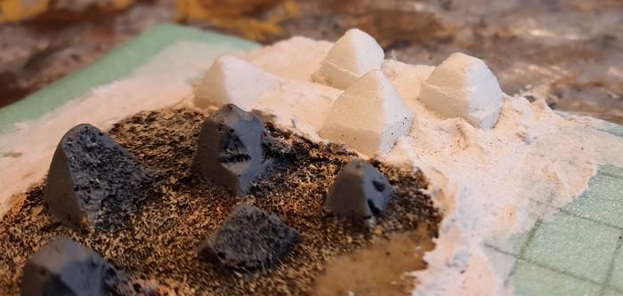 Die Drachenzähne aus Styrodur in Nahaufnahme. Man erkennt auch, wie die Styrodur-Zähne in der Strukturpaste stecken. Der Übergang zum Resin-Element ist fast nahtlos.