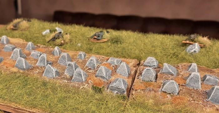 Blick von vorne auf die Drachenzähne / Höckerlinie. Die Panzer-Grenadiere des Infanterie-Regiment 510 liegen jetzt hinter der Höckerlinie.