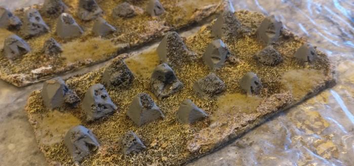 Nahaufnahme der beiden Höckerlinien von XENA aus Resin. Der Boden ist schön geprägt, die Drachenzähne haben wohl schon mal etwas Artilleriebechuss abgekriegt.