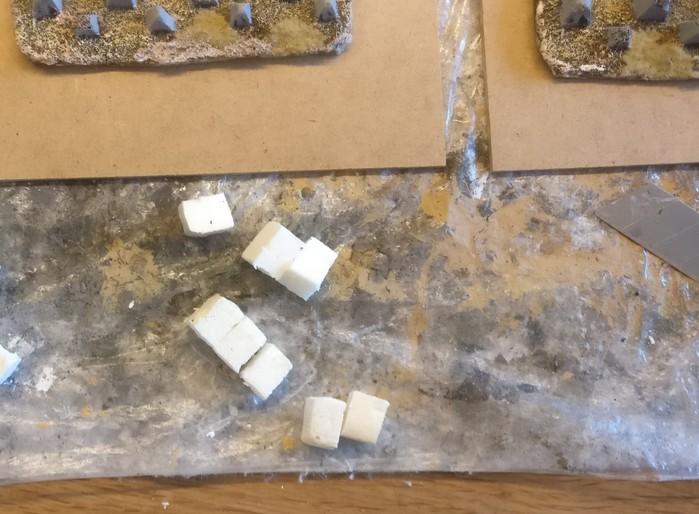 Die Rohlinge für die nachgefertigten Drachenzähne aus Styrodur. Noch sind sie ziemlich kubisch.