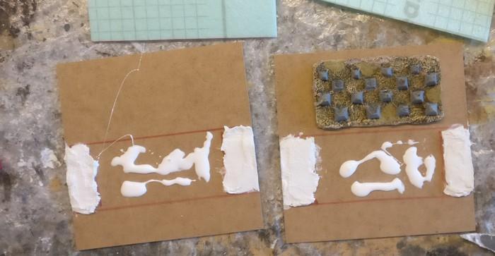 Die Strukturpaste ist aufgebracht, die Resinstücke werden ponalisiert.
