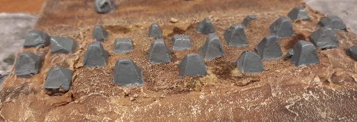 Die mit Blaugrau grundierten Drachenzähne in der Höckerlinie.