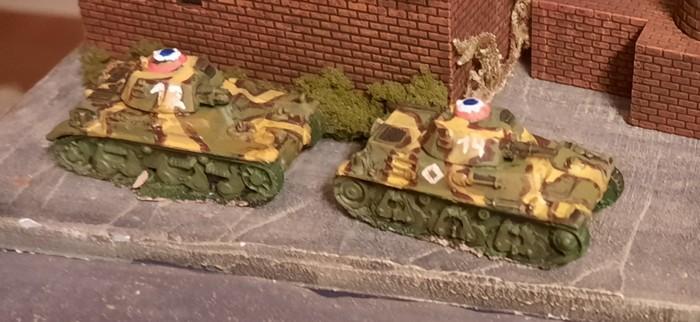 Ein Hotchkiss H35 und ein Renault R-35 in Baugröße 15mm für die Early War Armee.