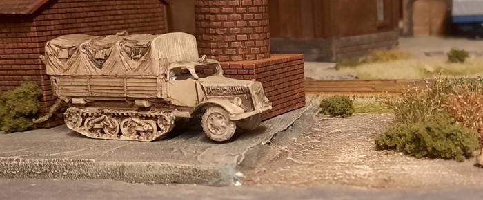 Ein Sonderkraftfahrzeug Sd.Kfz. 3 Maultier fand den Weg in die Unikornische Armee. Es ist bezeichnenderweise eines mit Plane, wie es kürzlich von führenden Generälen gefordert wurde.