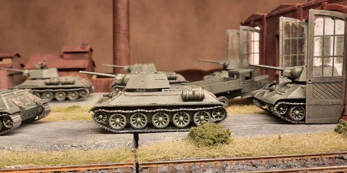 Die ersten fertigen T-34/76 von PSC rollen aus der Hallen.