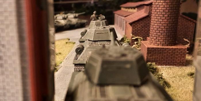 Eine Kolonne T34/76 der 89. Panzerbrigade verlässt die Halle von Sawod Nr. 1