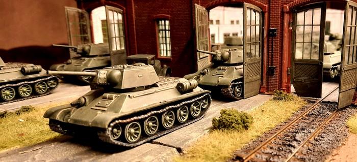 Eine weitere Panzerkolonne mit T-34//76 von PSC rollt aus der Werkshalle.