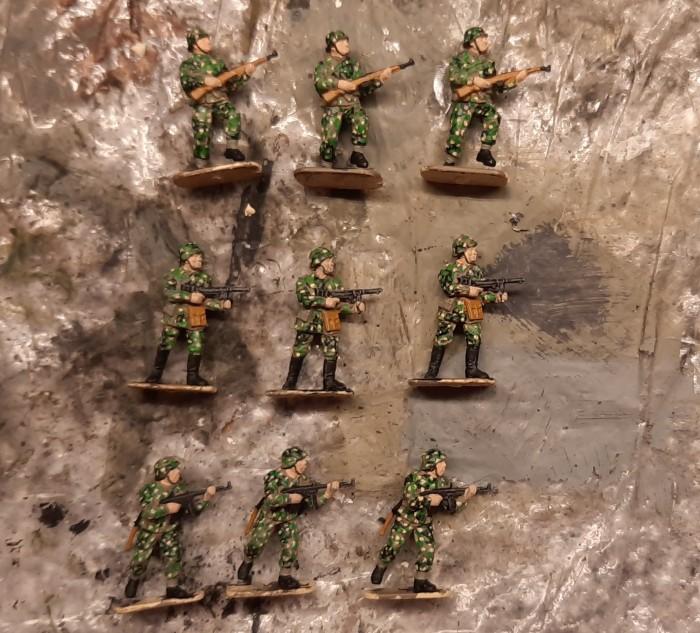 Die Herren des Panzergrenadier-Regiment 60 der 116. Panzer-Division nach Fertigstellung der Bemalung zum Erbsentarn. Es folgt die Base.