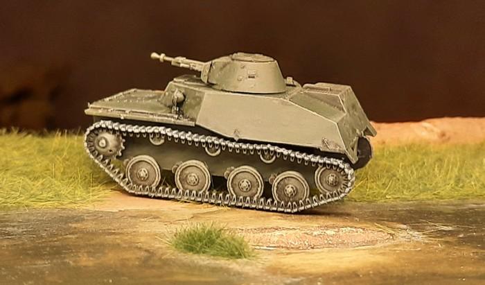 Die gegenüberliegende Seite des T-40 mit der originalen Panzerkette.