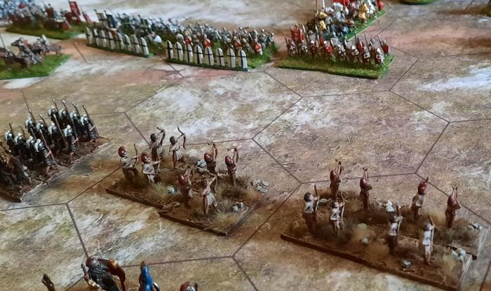 Im Zentrum stehen sich beide Armeen noch etwas distanziert gegenüber.