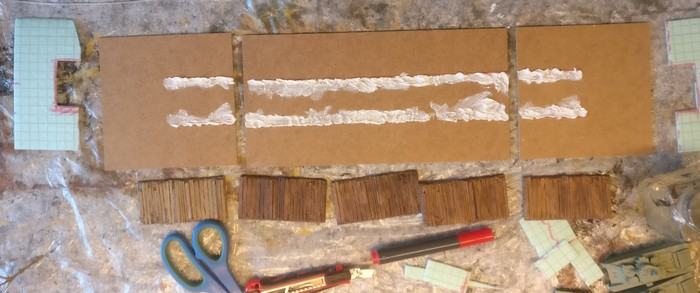 Die Squad-Bases aus Stewalin befestige ich mit Tupfen aus Strukturpaste als Klebstoff. Die Strukturpaste wird später neben den Stücken etwas sichtbares Erdreich darstellen.
