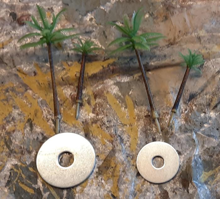 Die beiden Unterlegscheiben mit 30mm bzw. 40mm Durchmesser und die Palmen für die Bestückung.