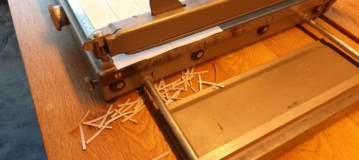 Mit einer Papierschneidemaschine fertige ich die Papierstreifen für die Spundwand millimetergenau.