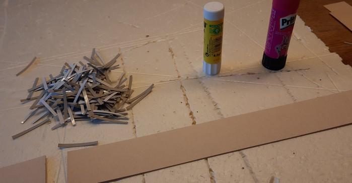 Der Pappstreifen, welcher senkrecht an die Kaimauer geklebt werden wird. Hier kommen gleich die Pappstreifen der Spundwand-Elemente drauf.