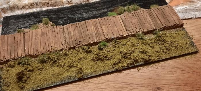 """Hier ist das AVIS Countryside Scenics """"No. 1 light green course grass"""" bereits dick aufgetragen."""