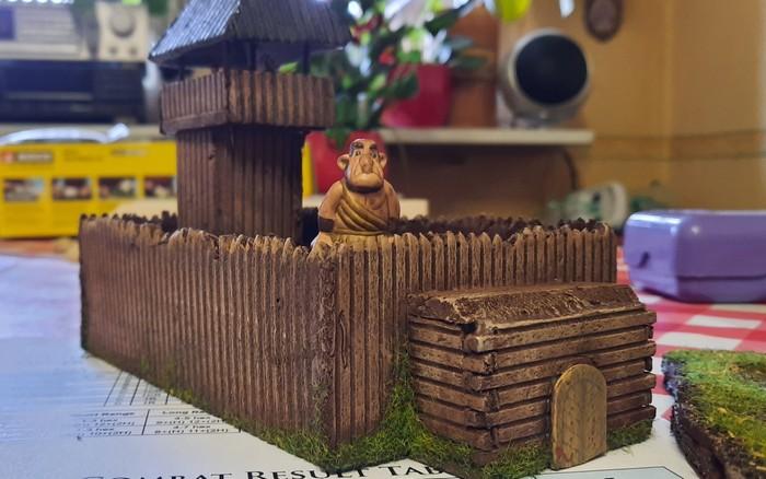 XENAs jüngstes Werk: eine wehrhafte Burg, die er aus Trittschalldämmung zimmerte. Hier auf dem Küchentisch wurde sie vom stürmischen Vollpfosten besetzt.