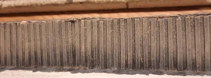 """Das intensive Trockenbürsten der Spundwand mit """"Revell Aquacolor 36189 Beige"""" bringt nochmals Staub und Verschmutzung auf die Spundwand auf."""