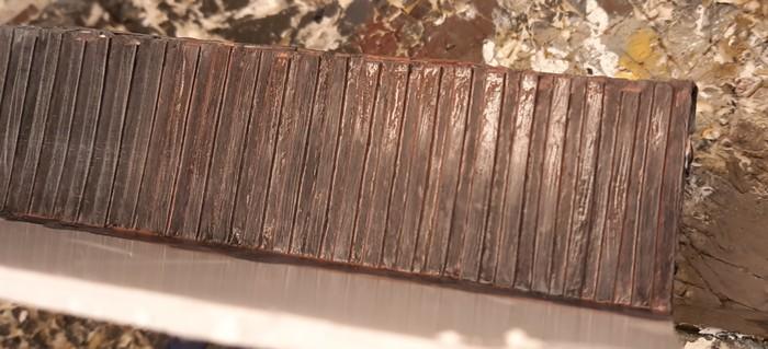 """Die Stahl-Spundwand überziehe ich mit einem Wash der """"36185 Braun"""" - der Wash ist zu dünnflüssig und hinterlässt zu wenig Farbpigment."""