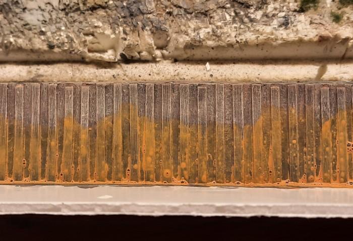 """Der großzügige Auftrag des Wash mit viel Pigment aus der """"36185 Braun"""" bringt schließlich den Rost in der nötigen Intensität auf den Stahl."""
