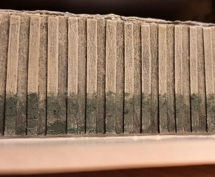 Und so sieht die Ablagerung entlang der gesamten Spundwand aus. Hier an der Beton-Spundwand zu sehen.