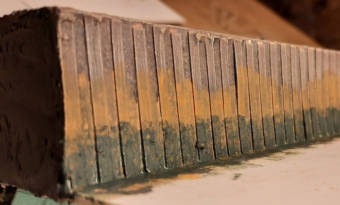 Auch an der rostigen Stahl-Spundwand kommt der Schmodder drauf.