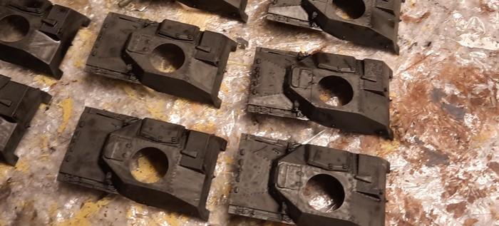 Die Wannenoberteile der T-40 von S-Model  nach dem Auftrag des Black Wash.