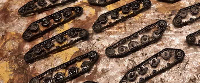Die Kettenlaufwerke bekommen ebenfalls reichlich Black Wash ab.