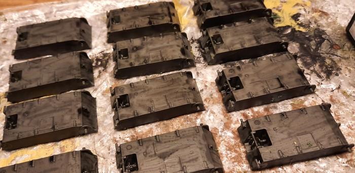 Die Wannenunterteile nach dem Auftrag des Black Wash.