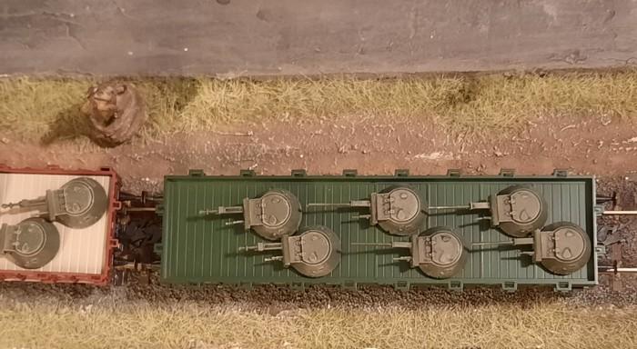 Die Türme der T-40 werden vom nächsten Güterzug abgeholt.
