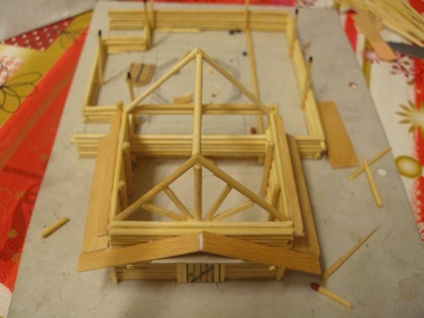 Hier zu sehen; Die Streichhölzer dienen allermeist zur Stabilisation langer Außenwände und/oder Eckpfosten. Tragende Teile, welche nicht sehr bearbeitet werden müssen, sind aus Bambus, da dieser stabiler ist wie Weichholz. (Zumindest in diesem Maßstab) Überhaupt war es mir ein Anliegen, das Modell so stabil wie möglich zu bauen, was man weiter unten auf Detailfotos noch besser erkennen kann.