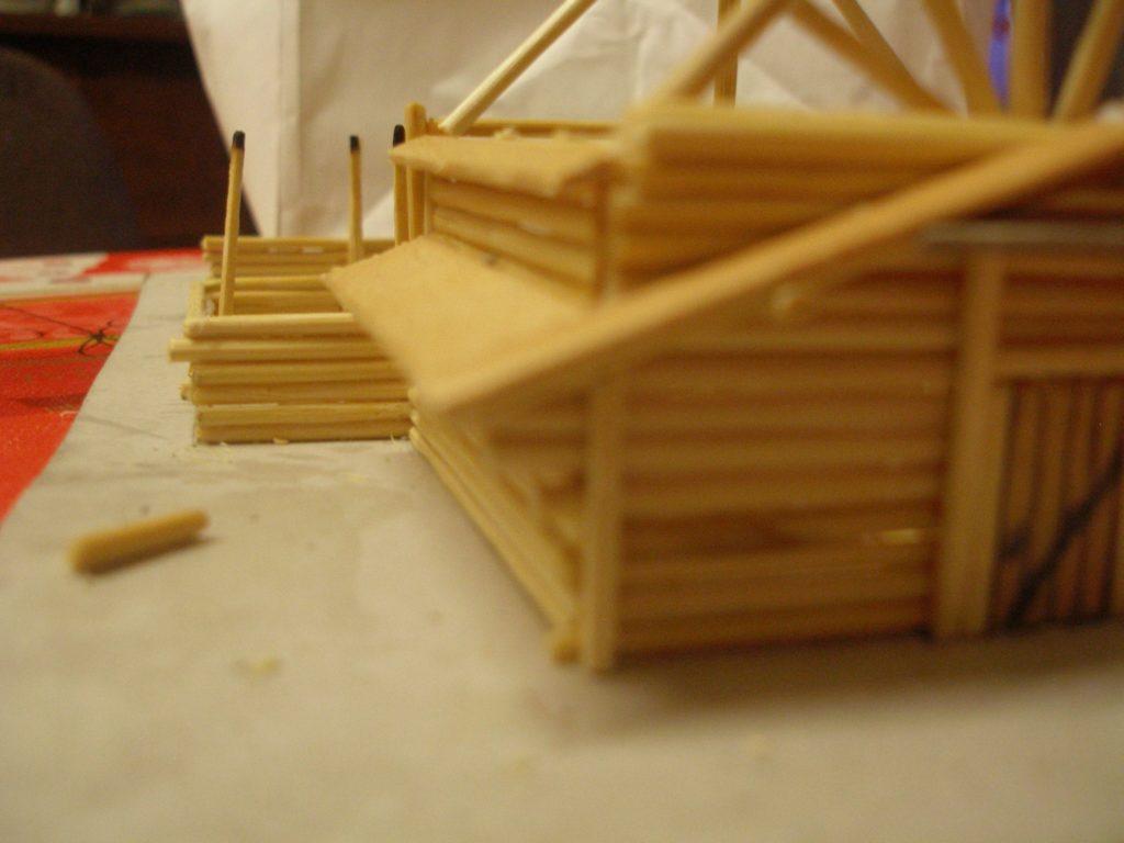 Das seitlich angesetzte Dach stabil zu bekommen war ein schwieriges Unterfangen. Anders als beim Original reicht das Holz des Dachs nur bis an die Wand, drinnen stabilisiert rein gar nichts.