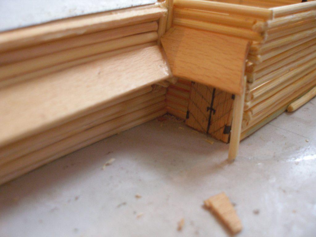 """In den Ecken müssen die Ansätze des """"Vordachs"""" auf Gehrung gesägt werden."""