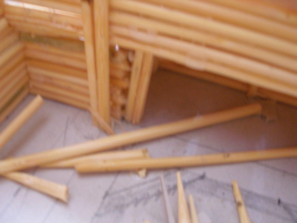 Zeitweise sieht es auf dem Basteltisch aus, wie in einem Sägewerk. XENAs Weib ist auch eingespannt, sie besorgt mindestens 2x in der Woche Materialnachschub in Form von Schaschlikspießen und Streichhölzern...