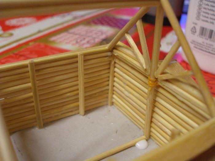 """Hier kann man gut die Verstärkungsbalken sehen; Jedes Holzstück ist separat verklebt und/oder mit """"Seil"""" nochmals verbunden (Der große Mittelbalken)"""