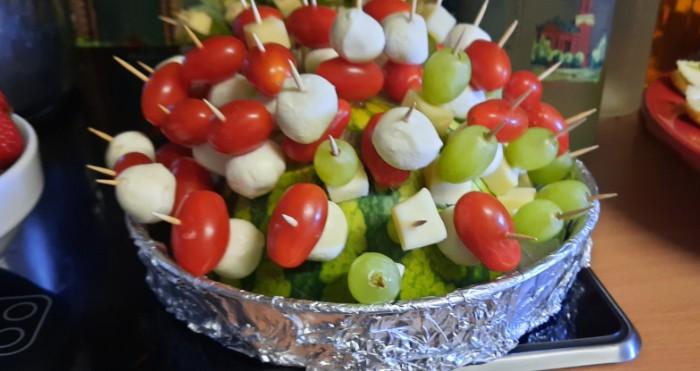 Stilecht in eine halbe Wassermelone eingesteckt: die Tomaten-Käse-Trauben-Spiesschen. Es leben die Sixties!