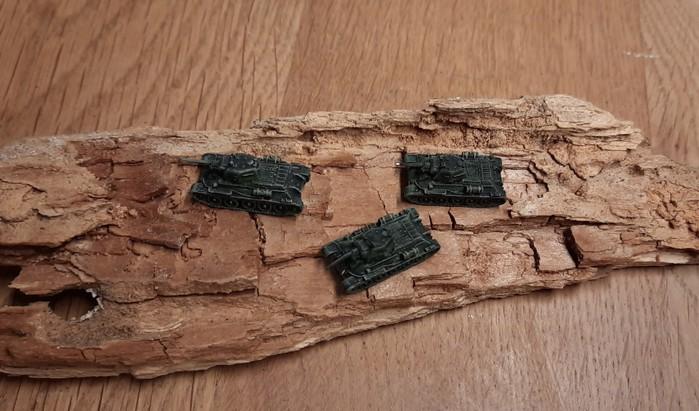 Drei T-34  (sicher vom 1. Panzerkorps...) rasen über die trockene und zerklüftete Steppe. Der Maßstab 6mm ist oft faszinierend.
