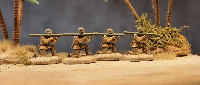 Vier Bazooka Schützen der 3rd US Infantry am Strand von Fedala...