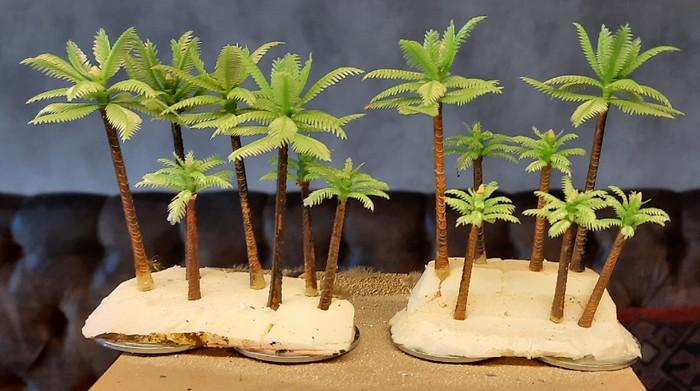 Hier die probeweise bestückten Palmen-Wald-Bases oder -Geländestücke. Maßstab übrigens passend für 25mm / 20mm (1:100 / 1:72)