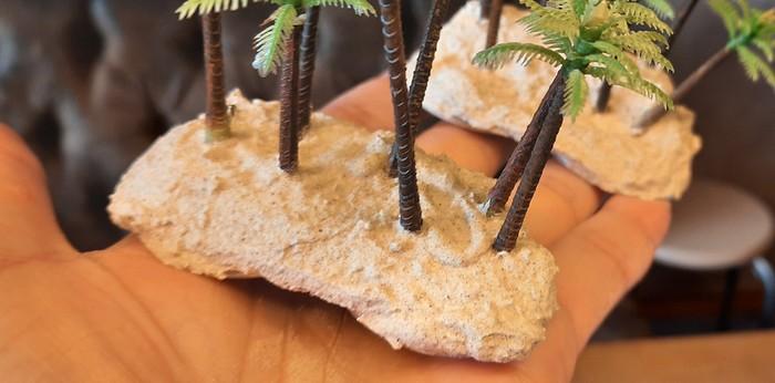 Der Chinchilla Sand haftet noch besser, wenn man auf die getrocknete Strukturpaste dünn und mit Wasser verdünnt PONAL aufträgt.
