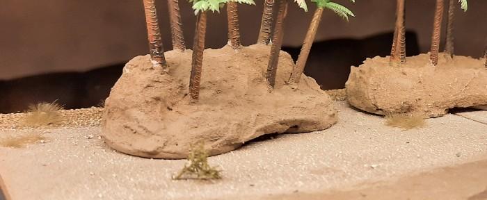 Nahaufnahme von nordafrikanischem Strand mit Palmenwäldchen...
