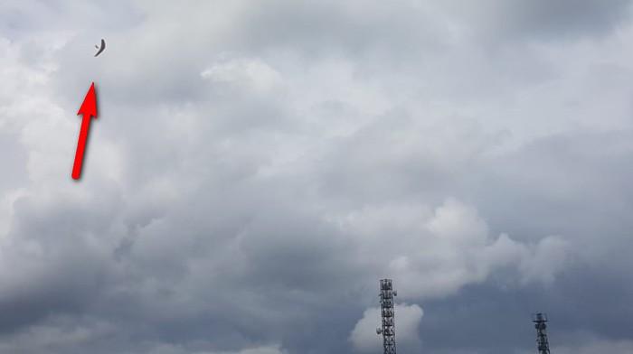 Der Fliescher auf Rekordhöhe. Bei 71,24 Metern Flughöhe ist das winzige Ding etwa 100 Meter weit wech. Siehe Pfeil.