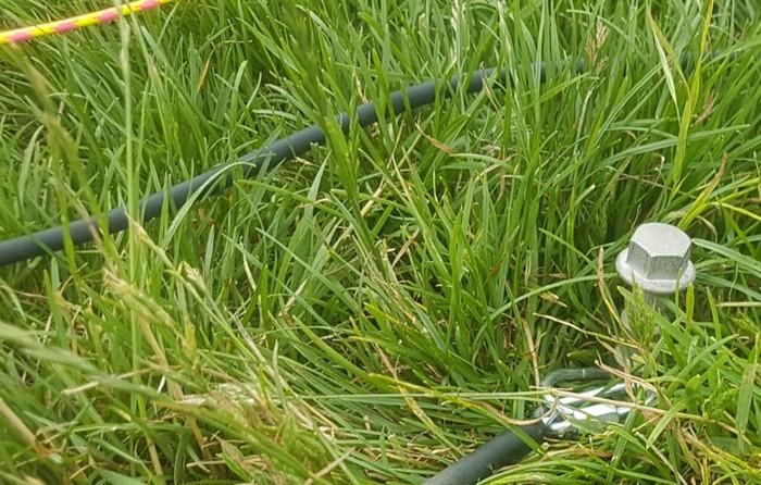 Der Erdsporn, welcher in den Grund gedrillt wird. Er hält das Gummiseil fest am Boden, so dass man Spannung aufbauen kann und dem Fliescher zu steilem Steigflug verhelfen kann.