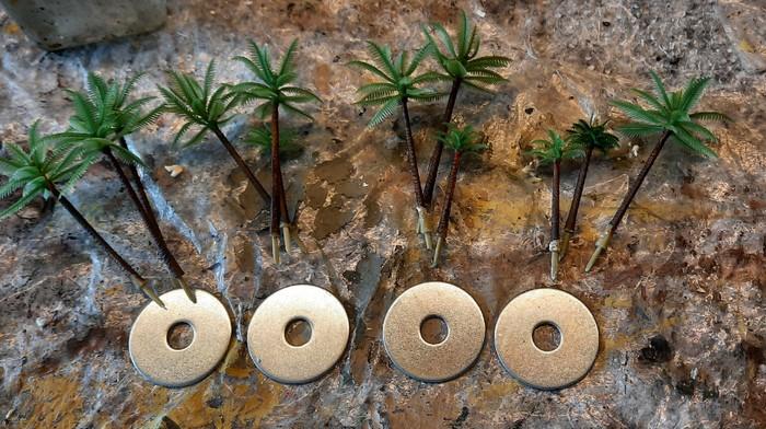 Auf jede Base werden drei Palmen montiert. Es ist billige China-Ware, die hinreichend detailliert ist.