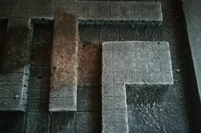 Nach dem Trockenbürsten mit hellem Grau und dem Auftrag von Schmutz in Brauntönen.