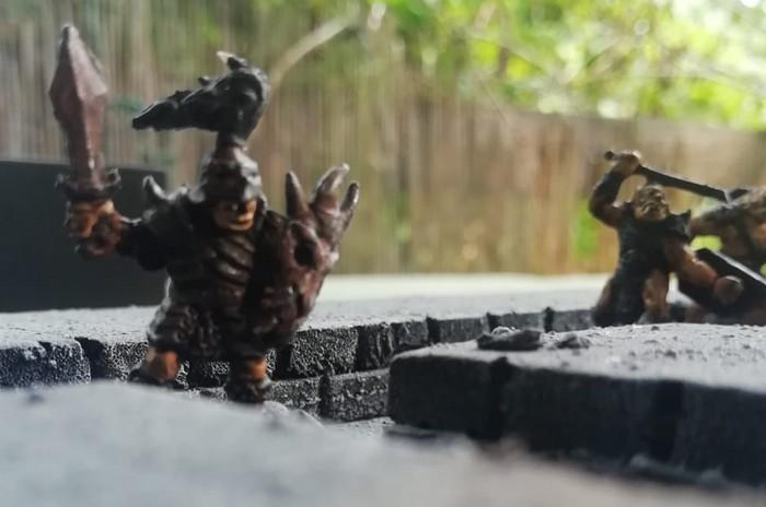 """Ein anderer Warlord beim Stürmen über das Spielfeld von """"Ork ärgere Dich nicht!"""""""