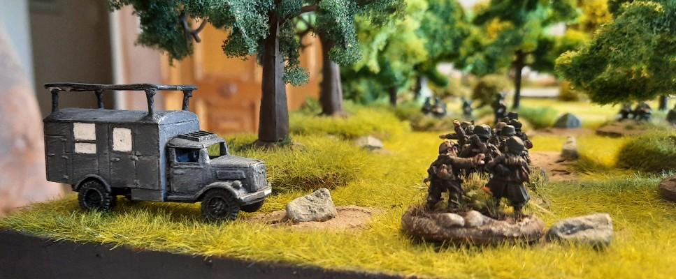 Das Missionsziel: der Funkkoffer. Die kärgliche Kompanie mit nur zwei schwachen Platoons.